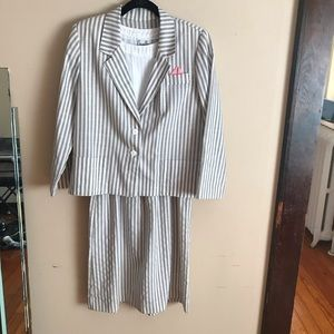 Vintage | Size Gray and White Suit